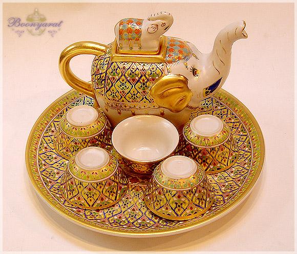 ของที่ระลึกสุดหรู กาน้ำชาเบญจรงค์